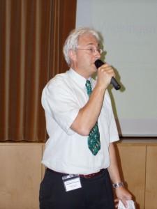 Herr Zaugg, Leiter Pflegezentrum Käferberg begrüsst die über 100 Gäste