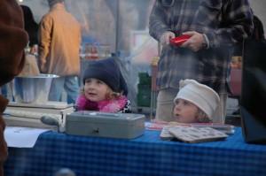 Grosse Kinderaugen staunen ob den kulinarischen Angeboten. Duftes es hier nach Marroni oder nach Bratwurst?
