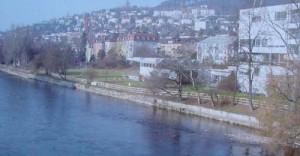 Blick von der Hardbrücke Richtung Gemeinschaftszentrum Wipkingen Das Ufer ist baufällig und zur Zeit abgesperrt.