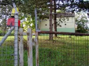 Noch hängt einsam eine Baulampe am Tor